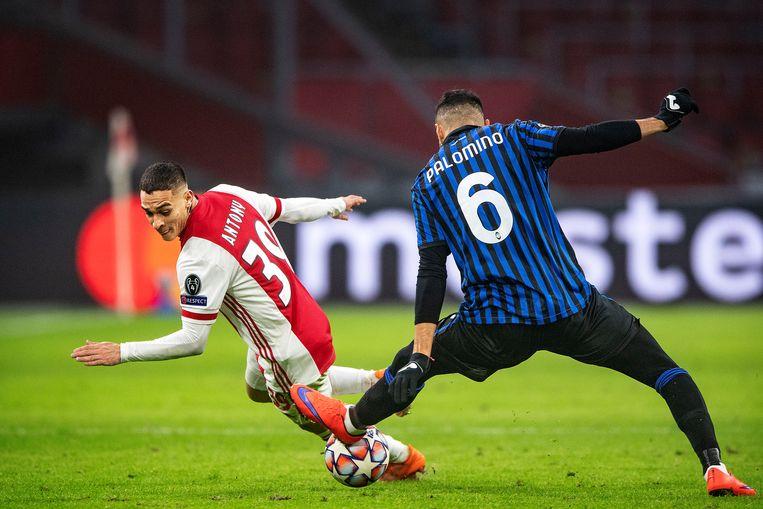 Antony probeert met een lichaamsbeweging Palomino te passeren maar de verdediger van Atalanta onderschept de bal. Beeld Guus Dubbelman / de Volkskrant