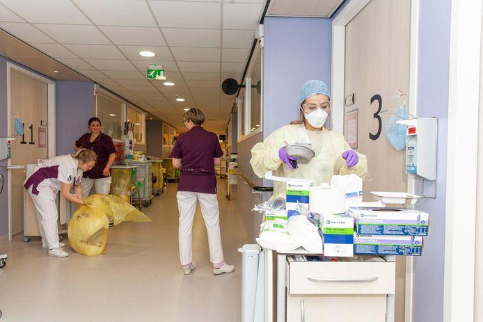 De corona-afdeling in het Albert Schweitzer ziekenhuis tijdens de eerste golf, toen de zorg plots werd overvallen door een personeelstekort.
