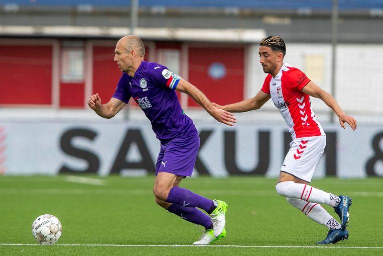 Arjen Robben  laat FC Emmen-speler Caner Cavlan zijn hielen zien.  Beeld Pro Shots / Erik Pasman