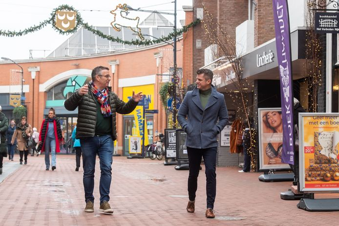 Eric Duffhuis (L) en Robin van der Helm in het centrum van Oosterhout.