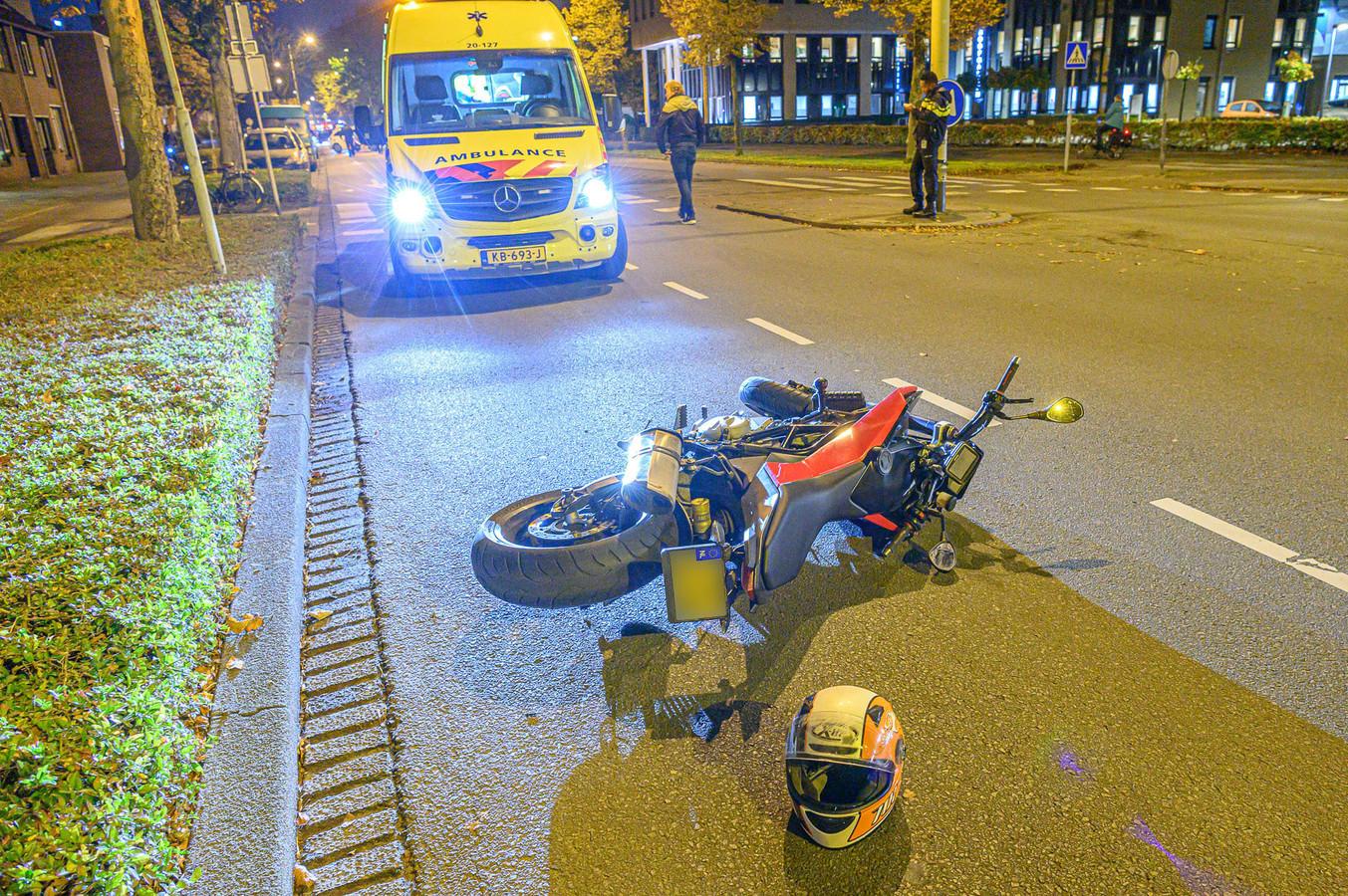 Motorrijder rijdt voetganger aan.