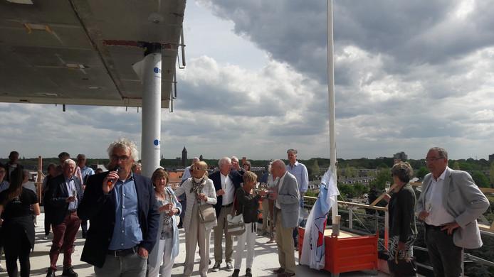 Jack Aldenhoven, directeur van BanBouw uit Nuenen (links), spreekt de toekomstige bewoners van Parc Fontaine aan de Le Sage ten Broeklaan in Eindhoven toe op het balkon van een van de penthouses.