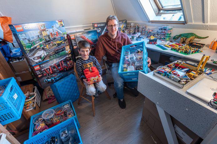 Simon (6) en René van Helden op hun zolder, waar een deel van hun Lego-spullen staan.