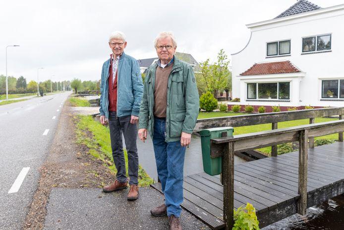 Jos (links) en Aart Jan Pannebakker voor het huis waar hun oom Hans Hoogeveen een paar dagen onderdook om te ontkomen aan de gevreesde razzia's van de Duitsers. Dat mislukte.