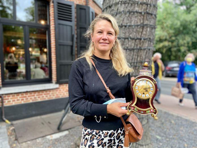 Silvi Verhoeven uit Schoten met de klok die van haar grootouders is geweest.