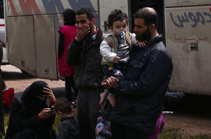 Gevluchte rebellen en hun families komen vanuit Douma aan in veilig gebied.