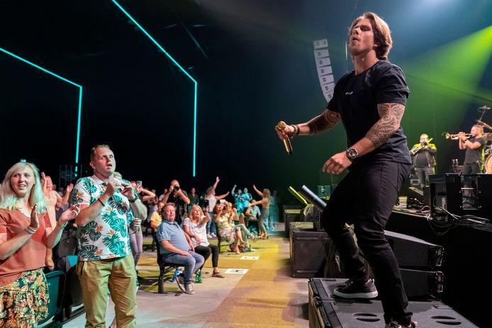 André Hazes even van het podium af tijdens zijn optreden in Mainstage.