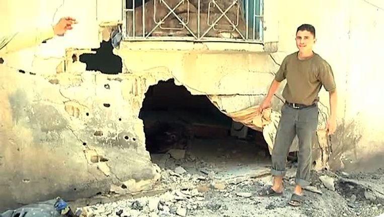 Een syrische inwoner laat zijn huis zien aan waarnemers van de Verenigde Naties in Homs. Beeld afp