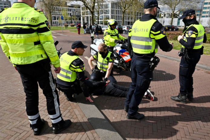 Een aanhouding tijdens de politiecontrole in Arnhem.