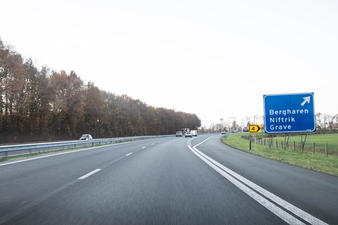 De snelweg A326 in zuidwestelijke richting.
