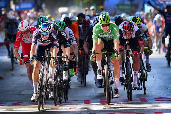 Fabio Jakobsen (in het groen) moet Jasper Philipsen in de vijfde Vuelta-rit voor zich dulden.