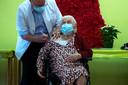 Josepha Delmotte, âgée de 102 ans, fut la première résidente wallonne à recevoir la première dose du vaccin Pfizer-BioNTech contre le coronavirus.