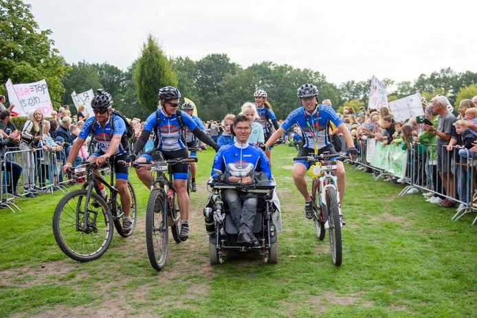 EINDHOVEN - Het Ducenne Heroes team B-Inspired van Bart van Riet komt aan bij de finish op de Karpendonkse plas.