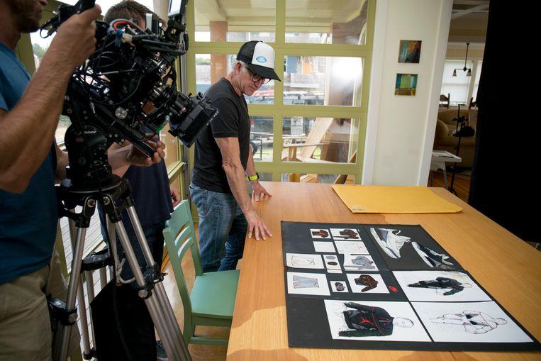 Een van de acht afleveringen belicht Tinker Hatfield, hij bedacht de legendarische Nike Air Jordan.  Beeld rv Netflix