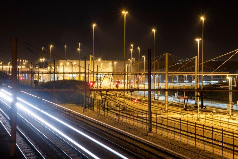 De NMBS-werkplaats baadt in het licht 's nachts in Melle.