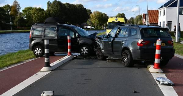Auto's lopen grote schade op door botsing bij wegversmalling in Daarlerveen.