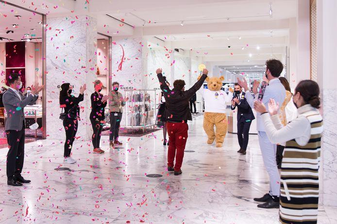 Half maart gingen de warenhuizen van de Bijenkorf na drie maanden sluiting weer open. Dat zorgde voor een feestelijk moment in onder meer Amsterdam.