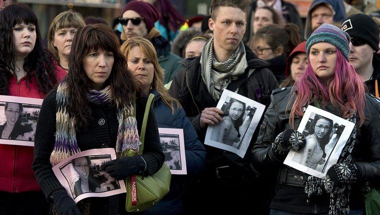 Deelnemers aan de wake voor de 17-jarige Rehtaeh Parsons houden haar foto vast.