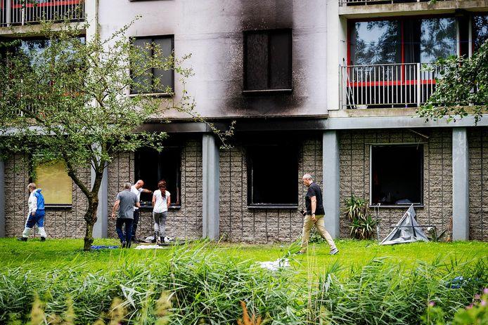 De brand in de flat aan de Rode Kruislaan in Diemen woedde op de begane grond.