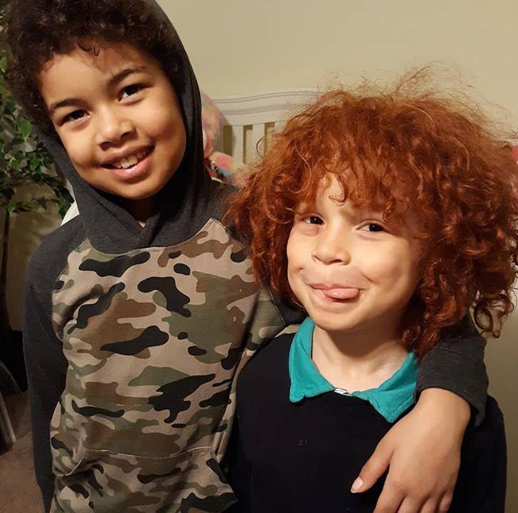 Adeam )links) en zijn roodharige broertje Matthew.