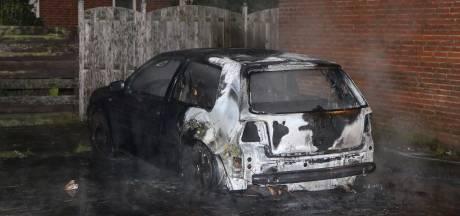 Auto volledig verwoest door brandstichting in Vlaardingen