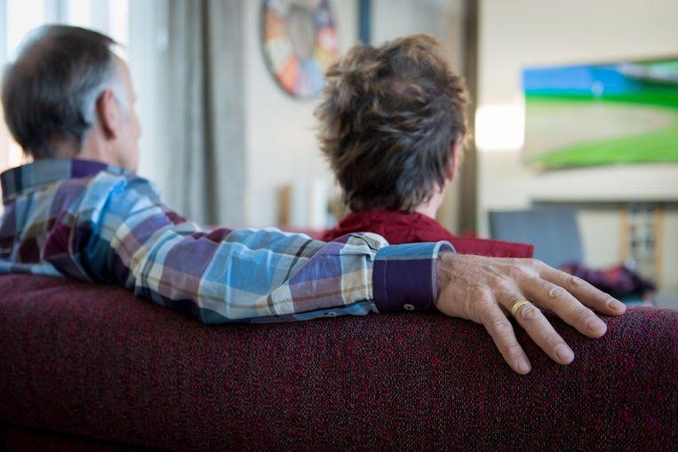 2014-01-17 12:55:19 'S GRAVENZANDE ILLUSTRATIE - Een gepensioneerd echtpaar kijkt tv. ANP XTRA ROOS KOOLE Beeld anp
