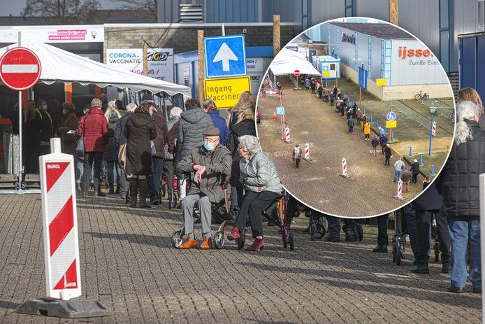 Een flinke rij voor de priklocatie in Zwolle. 85-plussers staan soms meer dan 30 minuten in de buitenlucht te wachten.