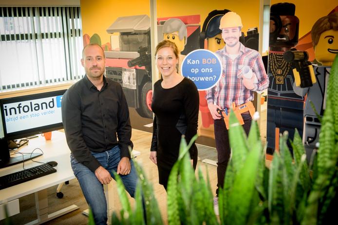 Directieleden Frank Stege en Marieke Kessels hebben op de werkvloer van Infoland gezelschap van 'Bob'.