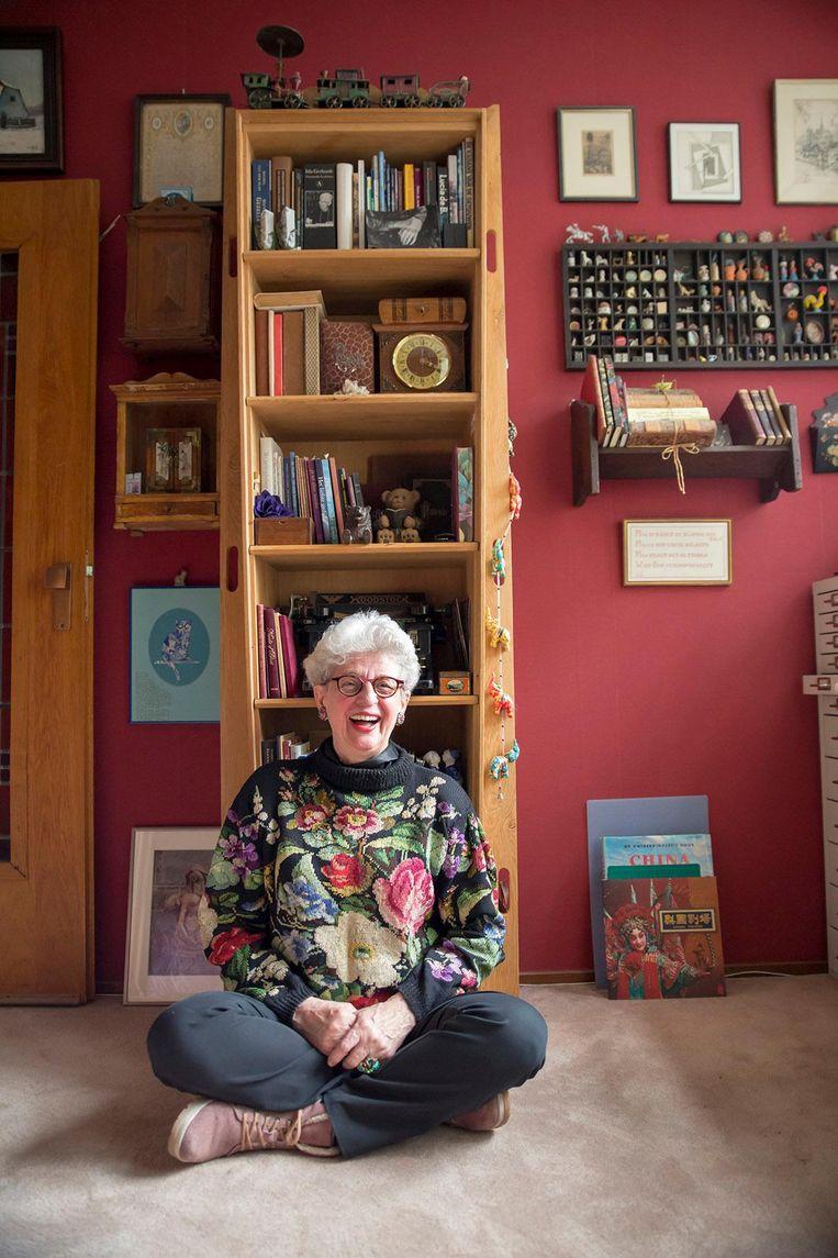 Puck Kooij voor haar doodskist die nu nog dienst doet als boekenkast. Beeld Saskia Aukema