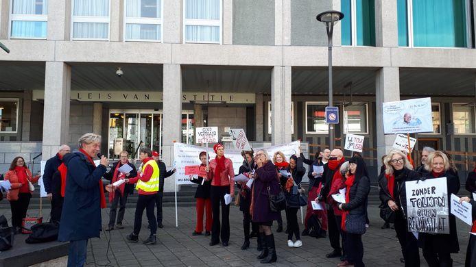 Zo'n dertig tolken demonstreren vandaag voor de trappen van de rechtbank in Arnhem