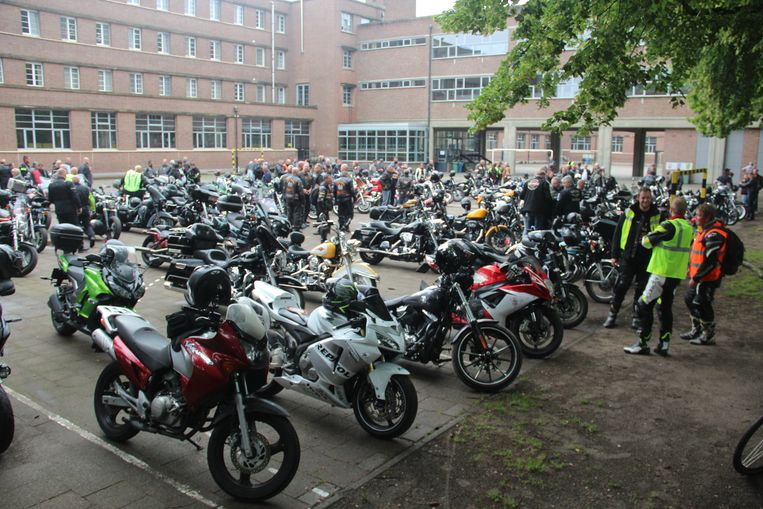 De motors parkeerden op een parking van het naburige Sint-Jozefcollege