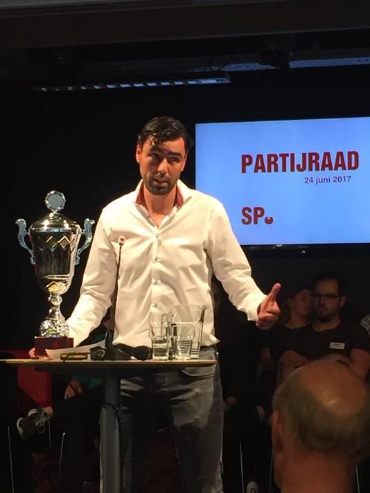 SP-partijvoorzitter Ron Meyer vertelt over een wisseltrofee die goed presterende afdelingen zullen krijgen.