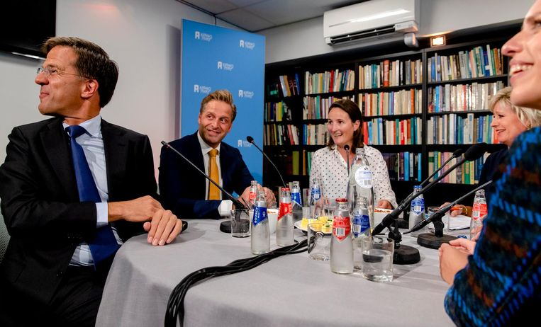 Rutte en de vice-premiers Hugo de Jonge (CDA), Kajsa Ollongren (D66) en Carola Schouten (ChristenUnie) zitten aan tafel bij het NOS-programma Met het Oog op Morgen. Beeld anp