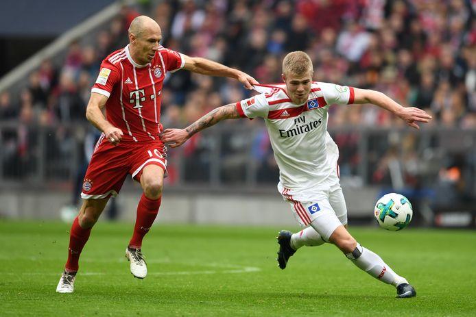 Rick van Drongelen in duel met Arjen Robben in het seizoen waarin Hamburger SV degradeerde uit de Bundesliga.