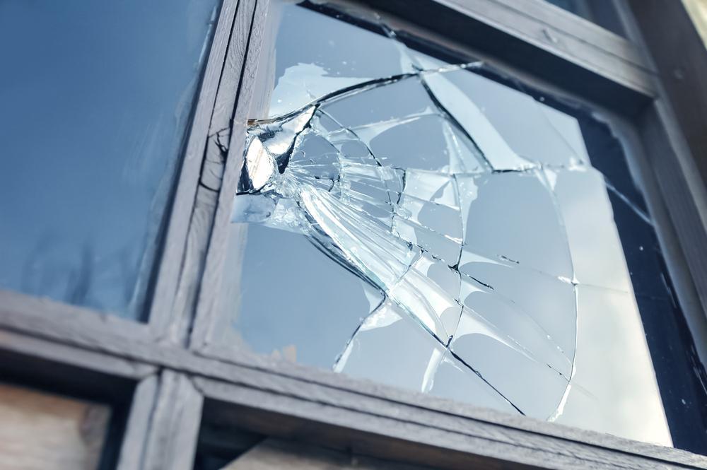 Een bal in het raam van de buren? Een typische zaak voor de familiale verzekering.
