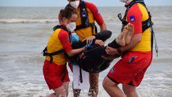 Man ziet neefje (10) verdrinken en wil hem redden, maar komt zelf in de problemen: strandredders halen beiden uit zee in Middelkerke