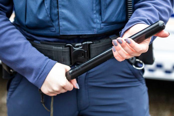 Handhavers in Zoetermeer dragen vanaf 15 februari een wapenstok. De stad doet mee aan een proef van het ministerie van Justitie en Veiligheid van een jaar. Tot nu toe bleef de stok in de koppel.