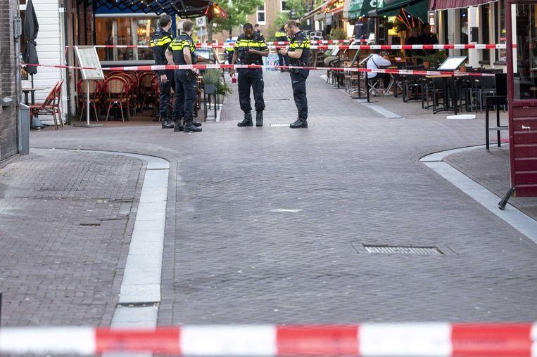 Politie bij de Lange Leidsedwarsstraat in Amsterdam. Bij een schietpartij is misdaadverslaggever Peter R. de Vries zwaargewond geraakt.  Beeld ANP