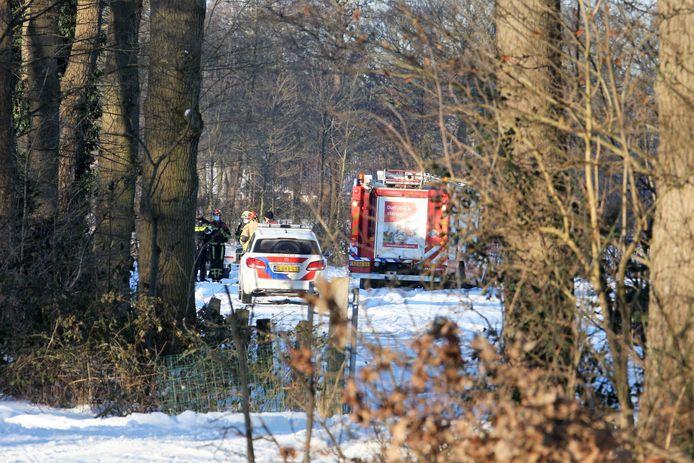 Aan de Hardenbergerweg in Geesteren heeft zaterdag een ernstig ongeval plaatsgevonden. Bij zaagwerkzaamheden is een man onder een boom terechtgekomen en overleden.