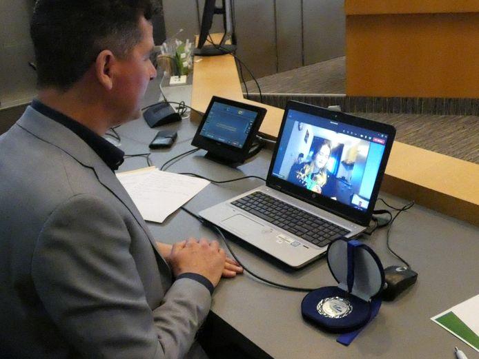 Vorig jaar reikte wethouder Jürgen Vissers de Drimmelense jeugdlintjes digitaal uit aan Kiara Voesenek en Jaimy van Gils.