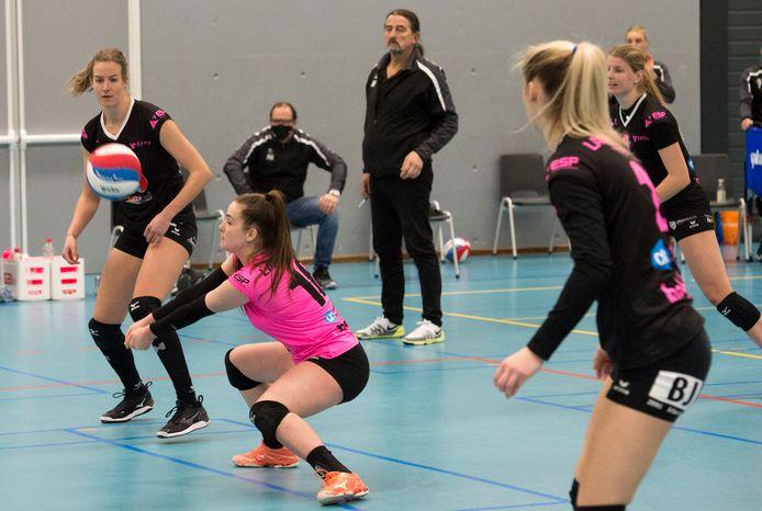 Libero Susanne Kos (roze shirt) in actie tegen Zwolle.