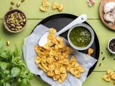 Wat Eten We Vandaag: Pastachips uit de airfryer met pistache-pestodip