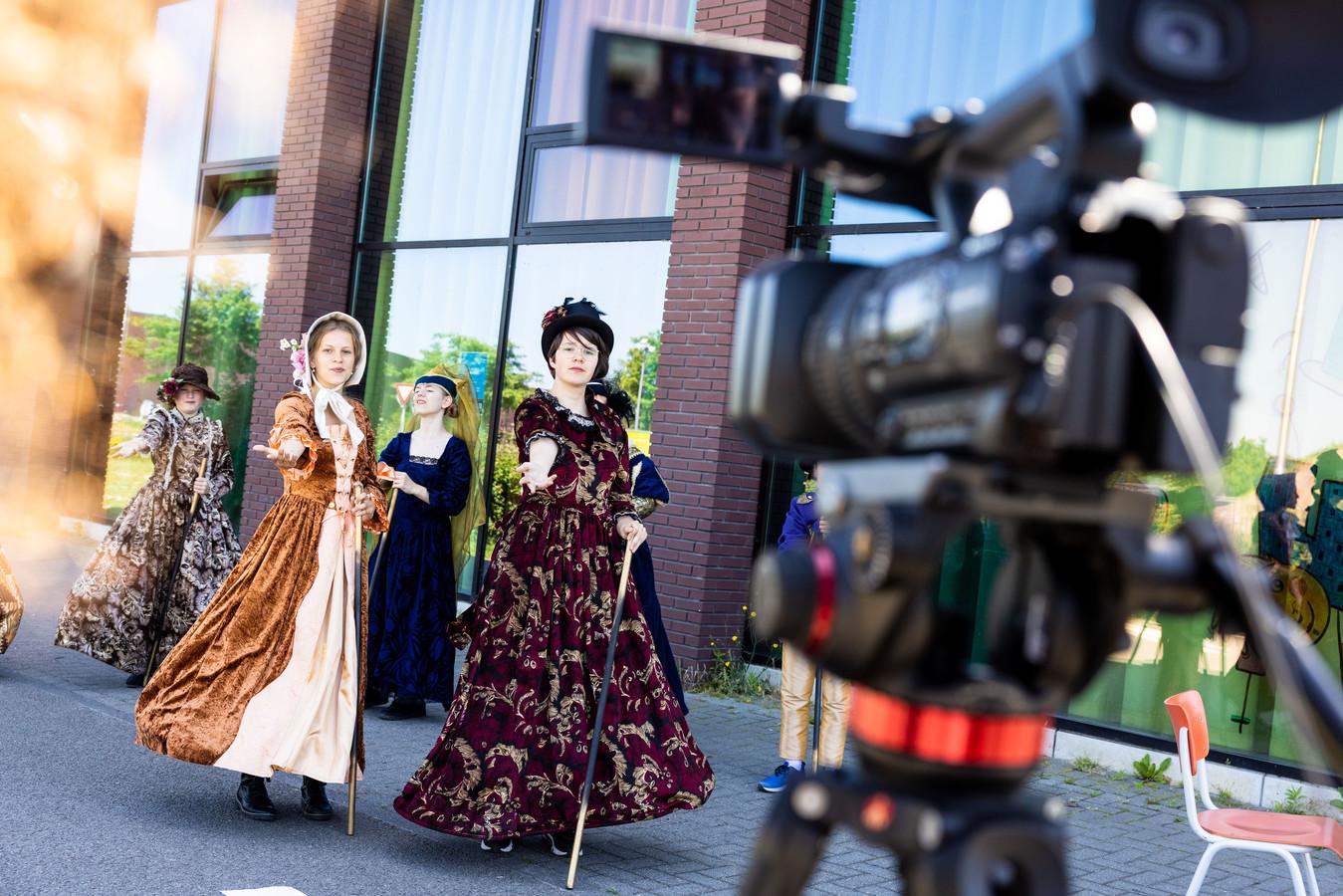 Kiki (l) en Laura (r) tijdens de opnames van een van de scenes van de film 'The Girl Who Didn't Like Musicals'.