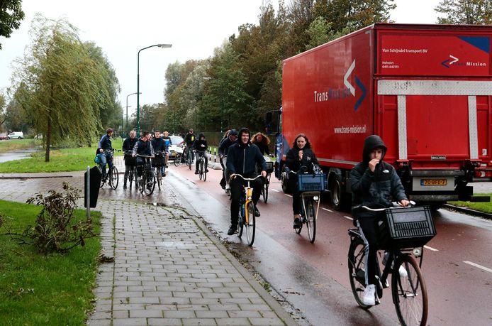 Automobilisten en vrachtverkeer maken gebruik van de drukke fietsroute via de Jozef Israëlslaan in Woerden.