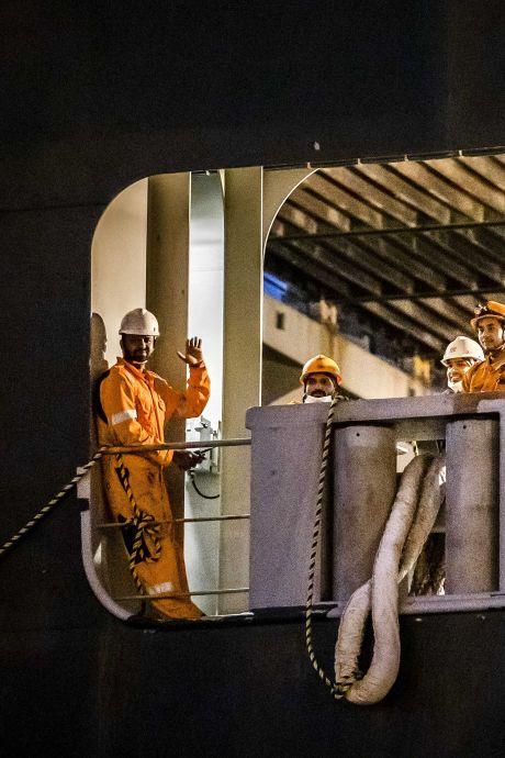 Bemanning 'blokkeerschip' Ever Given krijgt in Rotterdam mutsen en chocola