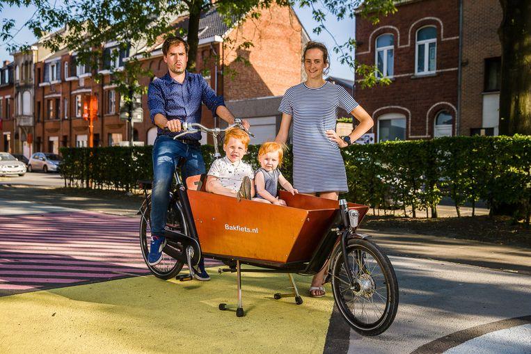 Bert Melckenbeek, Josefien Daem en hun kinderen laten de auto auto binnenkort een maand op stal. Beeld James Arthur
