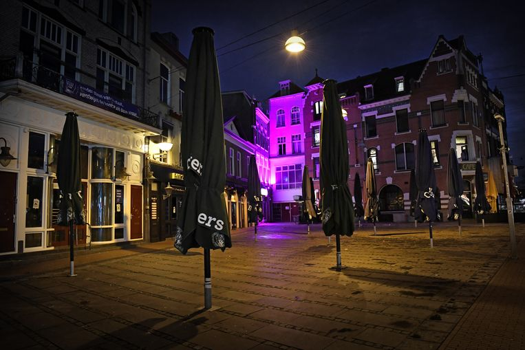 Gesloten horecagelegenheden in Nijmegen. De horecabranche stapt naar de rechter om af te dwingen dat restaurants, cafés en andere eet-en drankgelegenheden weer open mogen gaan.  Beeld Marcel van den Bergh/de Volkskrant