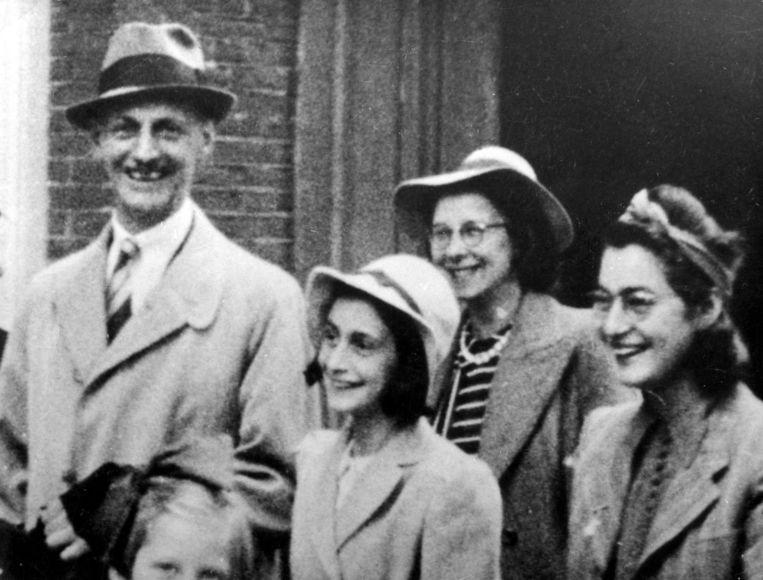 De familie Frank bij de trouwerij van Miep Gies. V.l.n.r. vader Otto Frank, Anne Frank, Bep Voskuijl (in het dagboek 'Elli Vossen') en moeder Esther Frank. Amsterdam, juli 1941. Beeld HH