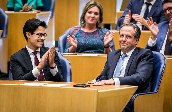 Alexander Pechtold (rechts) tijdens zijn afscheid uit de landelijke politiek in de Tweede Kamer.