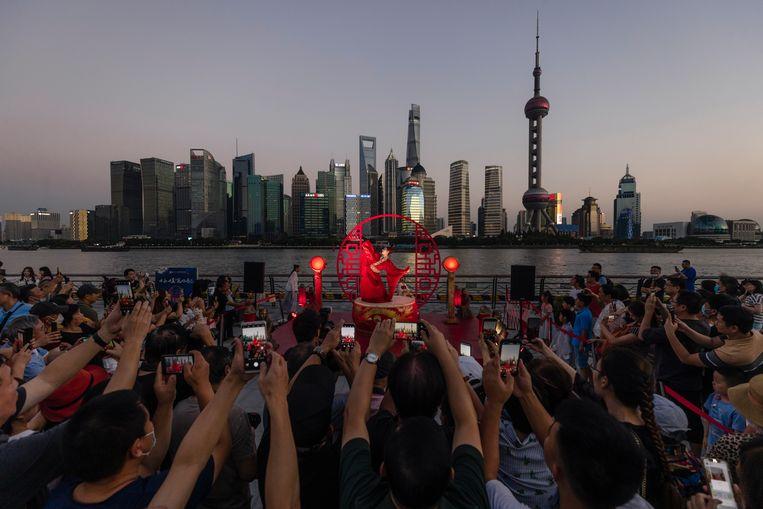 Een optreden tijdens de viering van het Maanfestival in Sjanghai. Beeld EPA